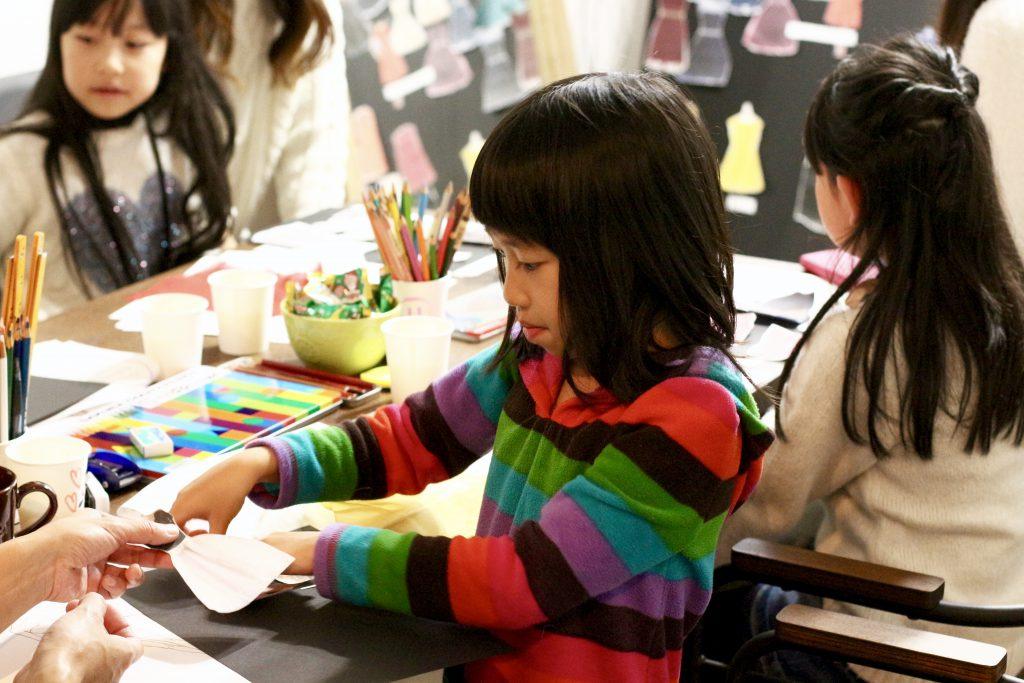 デザイン教室の様子 子どもがデザインする様子