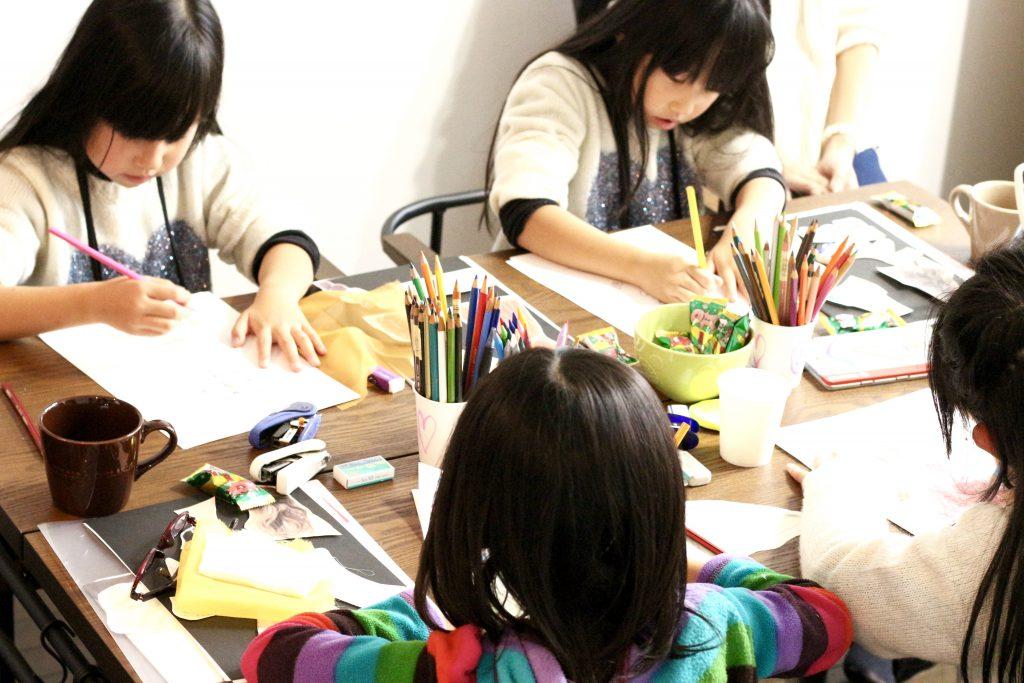 子どもデザイン教室にてレッスンの様子 子どもがデザイン画を描く様子