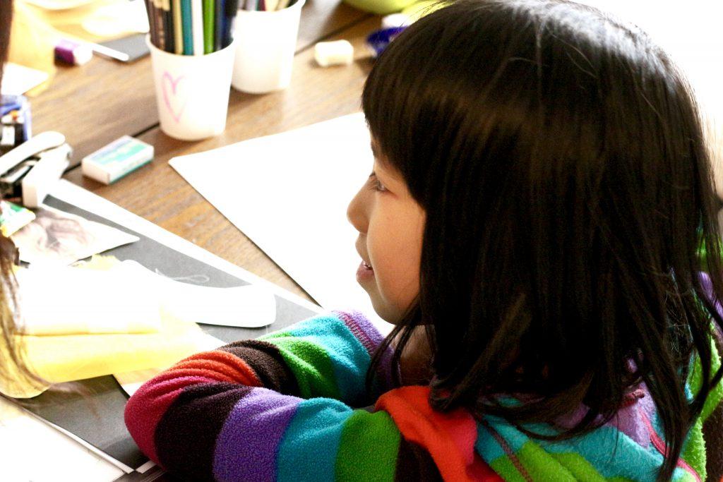 子どもデザイン教室 ファッションデザイン画を描く小学生
