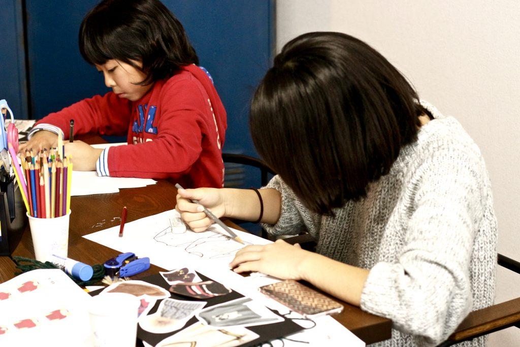 デザイン教室にてイラスト画を描く中学生