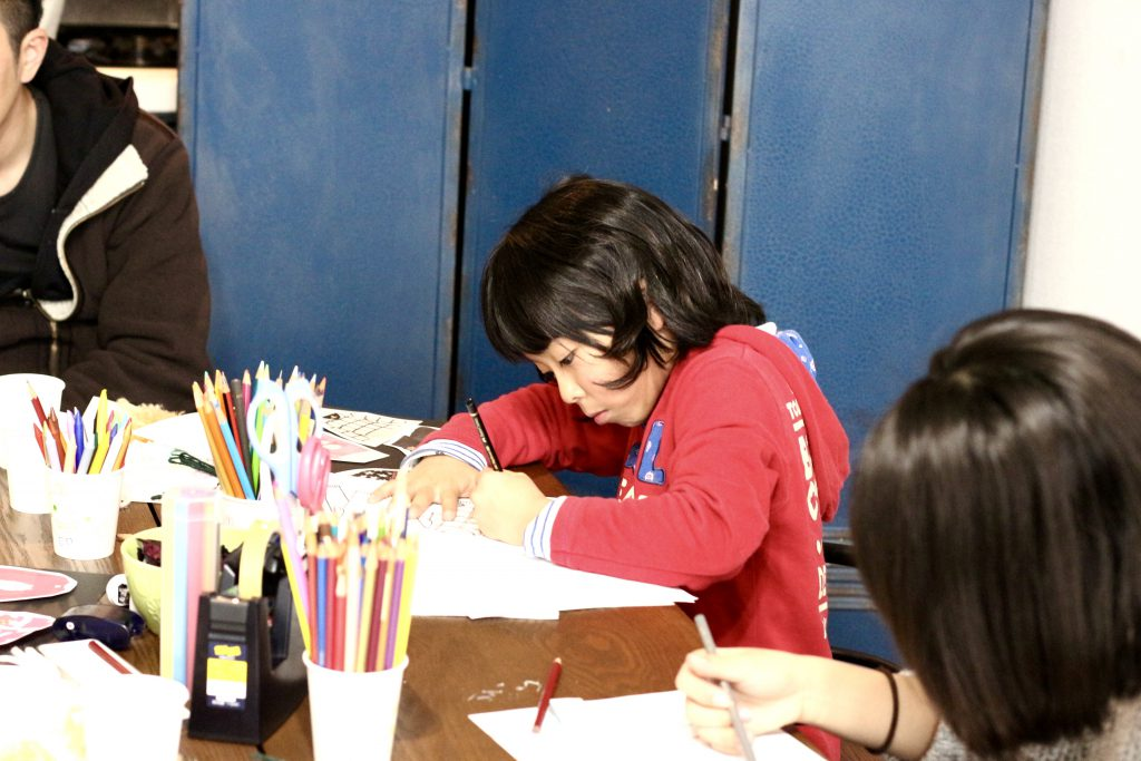 デザイン教室 ファッションデザイン画を描く小学生