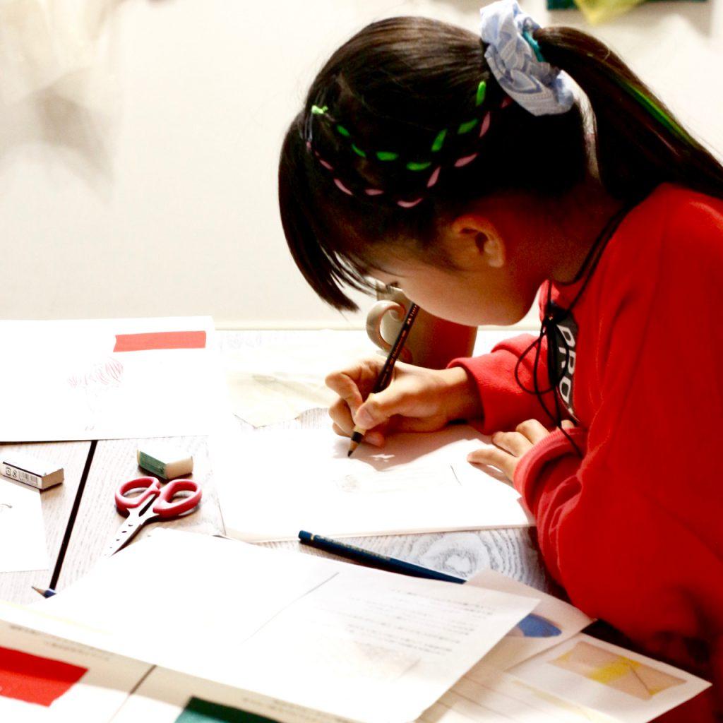 子どもデザイン教室 デザイン画を描く子ども