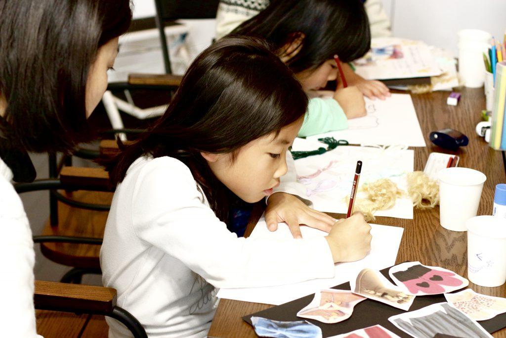子供デザイン教室 デザイン画を描く子ども