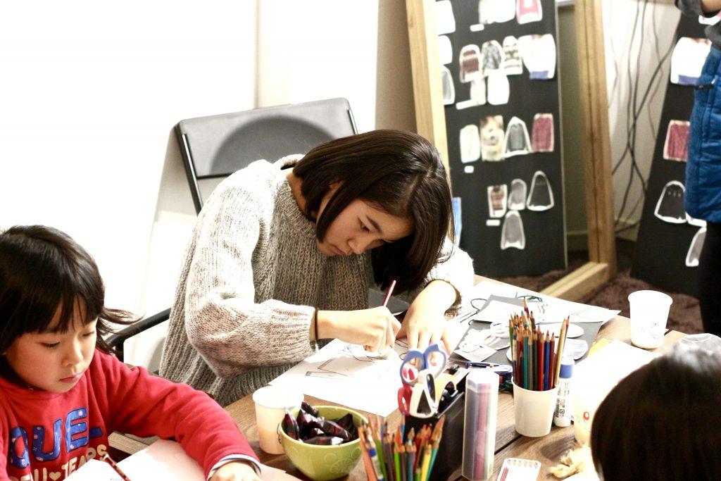 子供デザイン教室 デザイン画を描く中学生