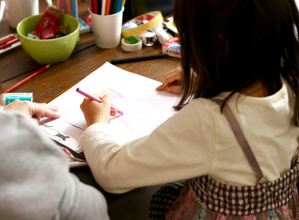 デザイン教室にてデザインを考える子ども