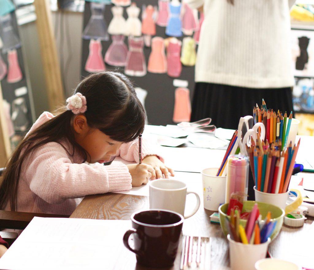デザイン教室 ファッションデザイン画を描くこども
