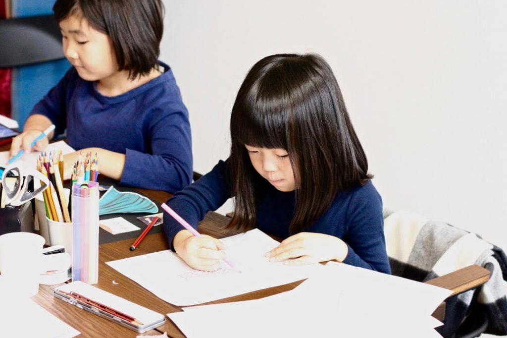 デザイン教室でデザイン画を考える子ども