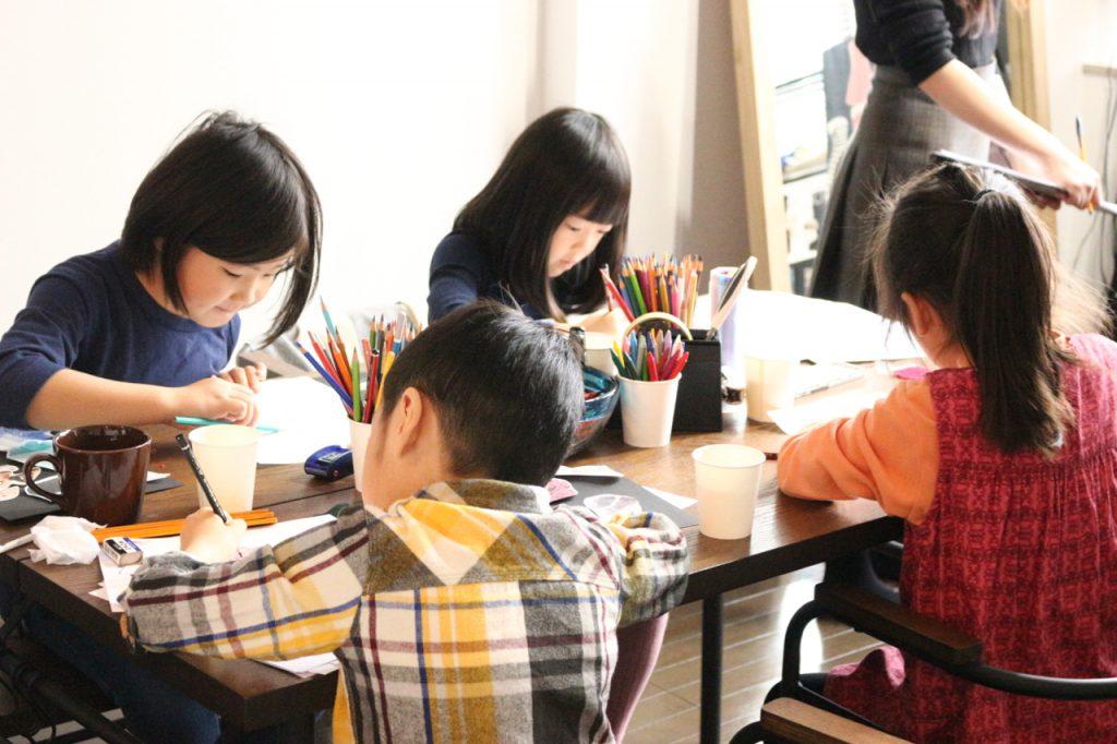 デザイン教室にてファッションデザインを考える子どもたち