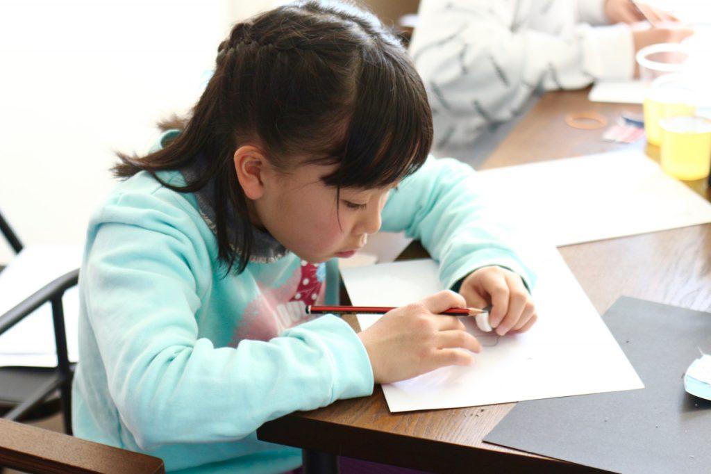 デザイン教室にてワークショップを体験する子供