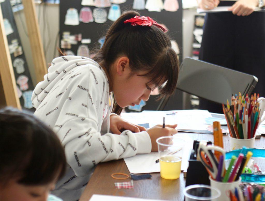 デザイン教室の風景 デザイン画を描く子供