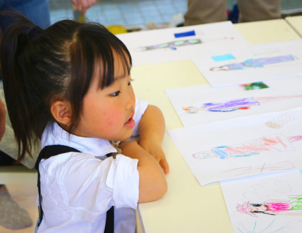 出張子供デザイン教室の様子 デザイン画を眺める